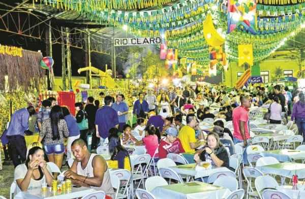 Arraial conta com feira de artesanato, 22 barracas, além de variadas atrações musicais