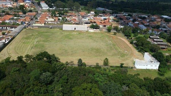 """Entre as obras anunciadas está a reforma do Estádio Municipal """"Santa Emília"""" que é estimada R$ 1.033 milhão. Na imagem aérea, o estádio administrado prefeitura municipal de Itirapina"""