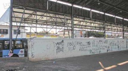 O muro da Estação amanheceu pichado com frases de efeito feminista e contra presídios