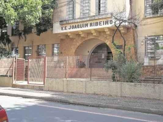 Fachada do prédio da Escola Estadual Professor Joaquim Ribeiro, que fica estabelecida na Rua 6, número 46, entre as avenidas 13 e 15, Centro