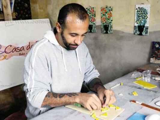 O mosaicista Marcio Luan de Alencar