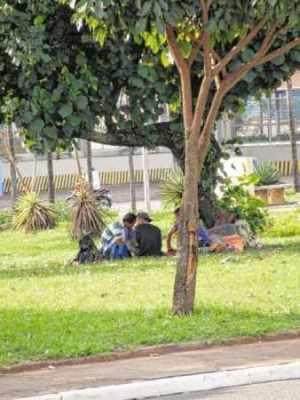 Cerca de quinze moradores de rua estão pernoitando na praça situada próximo à Rodoviária