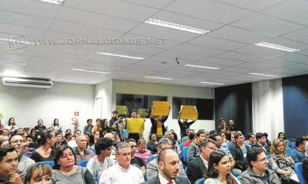 Manifestantes contrários à aprovação do texto do projeto levantaram cartazes durante a sessão camarária do último dia 23