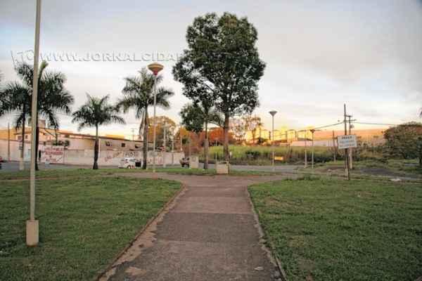 Bem cuidada, a Praça Silvério Scatolin está localizada entre as avenidas 11 e Tancredo Neves, com a Rua 22