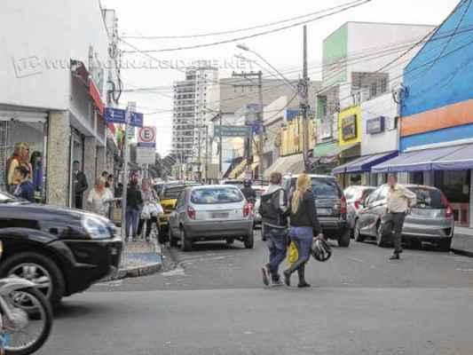 Consumidores caminham pela Rua 3. Essa quarta-feira começou com chuva e frio, mas a temperatura subiu durante a tarde