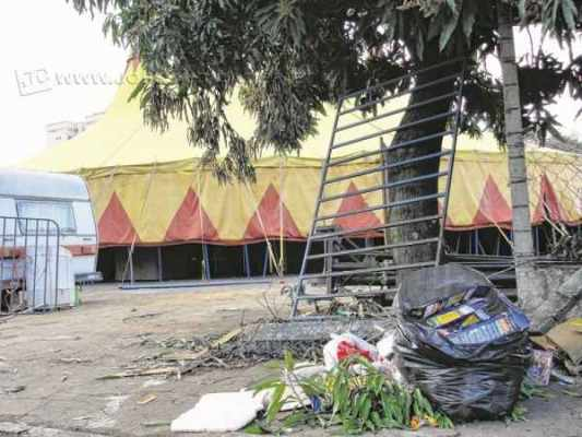 Lixo em frente a uma tenda do circo montado no Espaço Livre
