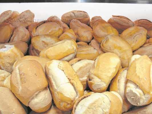O dólar mais alto pressiona o preço de produtos que utilizam as matérias-primas importadas, a exemplo do pão francês