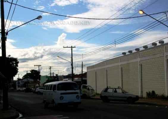 Em plena tarde postes do bairro Santana estavam com as lâmpadas acesas