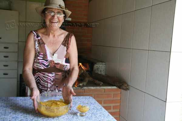 A dona de casa Maria Jordina Lourenço ensina receita tradicional de doce de abóbora
