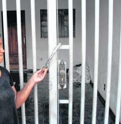 Na foto, uma das testemunhas em frente à casa onde o aposentado residia com a esposa