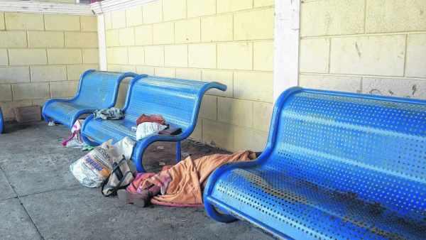Morador de rua dorme no chão do terminal de ônibus na antiga Estação (foto arquivo)