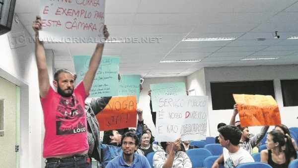 Manifestantes empunharam cartazes em protesto na Câmara
