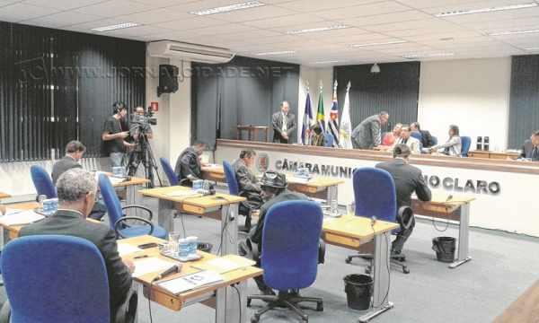 Novidade - Sob a mesa diretora, o dístico 'Câmara Municipal de Rio Claro' foi a grande atração da noite na Casa de Leis