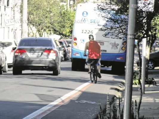 Veículos que desrespeitam sinalizações, invadem as ciclofaixas e atentar contra os ciclistas