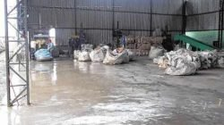 Espaços vazios mostram a falta de materiais que se destinariam ao trabalho dos cooperados