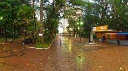 Com a chuva, ambulantes anteciparam a saída do Jardim Público. Barracas foram retiradas durante o período da tarde