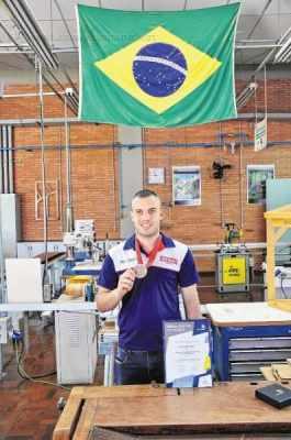 Luiz Felipe de Moraes de Souza, da unidade Senai RC, conquistou diploma de excelência em carpintaria na WorldSkills 2015