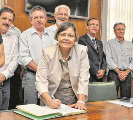 Na foto de arquivo, Olga Salomão assume a prefeitura, entrando para a história política de Rio Claro