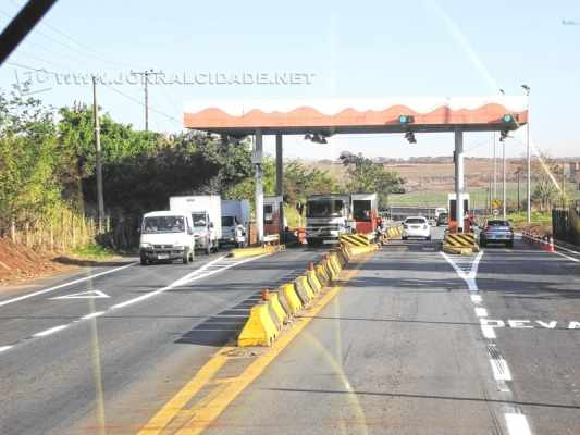 Os condutores pedem diminuição do valor cobrado de R$ 2,50 para R$ 0,60 e isenção de taxa para veículos das cidades