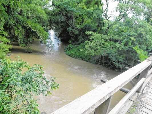 Vista do Rio Corumbataí, que responde por 60% do abastecimento de Rio Claro. Atividade cerâmica está poluindo manancial