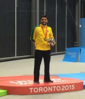 O rio-clarense no pódio com a medalha de ouro. (Foto: Arquivo Pessoal)
