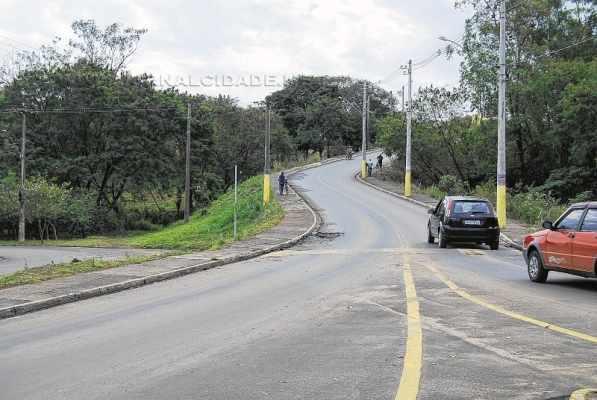 Desde que foi construído, diversos acidentes já aconteceram no viaduto, caminhões, ônibus e até um trator já caíram do local