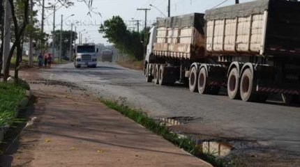 Moradores do bairro reclamam da falta de respeito de motoristas de caminhões que passam acima do limite de velocidade pelas ruas do bairro; além dos buracos, a sujeira também atrapalha