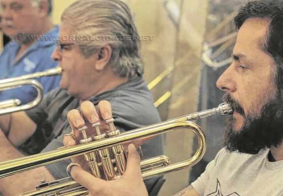 ESPETÁCULO - Atualmente, cerca de 40 músicos integram a Banda Sinfônica União dos Artistas Ferroviários de Rio Claro