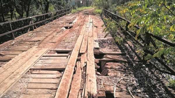Travessia que faz divisa entre os municípios está com o madeiramento danificado, apresentando risco aos usuários