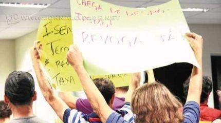 Cidadãos ficaram de costas para o Plenário em forma de protesto, enquanto vereador da base governista falava na tribuna
