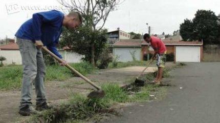 Localizada no Jardim das Palmeiras, a área destinada à recreação e prática esportiva carece de manutenção e alambrado, por isso moradores do bairro se mobilizaram e tomaram a dianteira