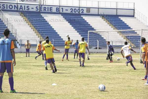 Jogadores realizam as avaliações durante as manhãs, no estádio Schmidtão, sob os olhares do técnico Luis dos Reis e do preparador físico Flávio Trevisan
