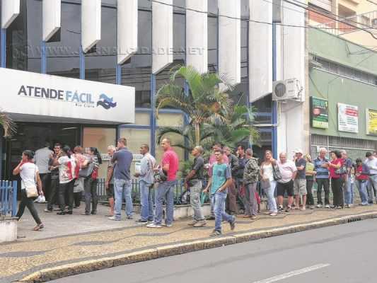 Contribuintes aguardaram na fila a abertura do Atende Fácil nessa quinta-feira (10)