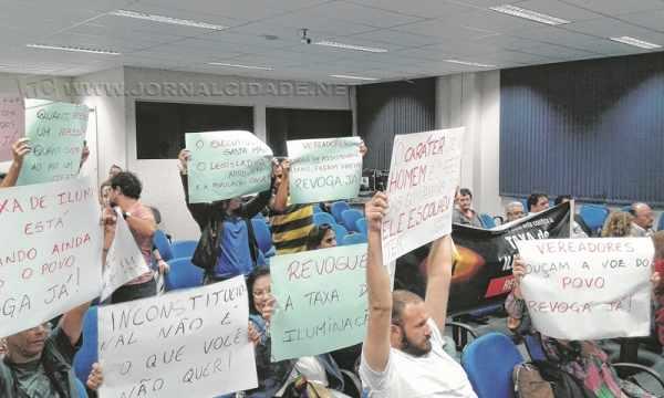 """Cartazes com diversas reivindicações e palavras de ordem como """"Revoga já!""""puderam ser vistos no terceiro andar do Paço"""