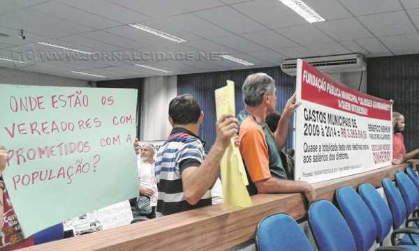 Manifestantes com cartazes em punho novamente marcaram presença na segunda-feira no terceiro andar do Paço Municipal