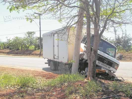 Um caminhão colidiu com um poste na Avenida Conde Guilherme Prates em Santa Gertrudes
