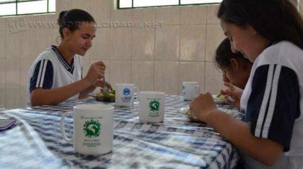 Alunos de Corumbataí recebem canecas em ação ambiental inovadora