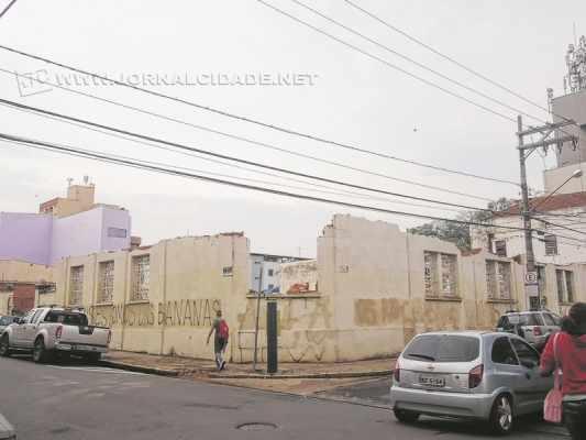 Demolição do antigo prédio da concessionária Cesp teve início no último domingo (6)