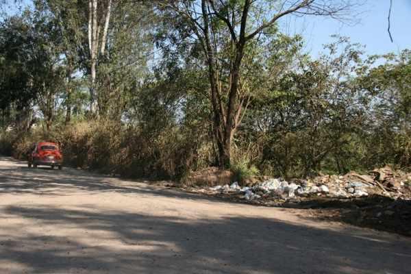 Estrada de Jacutinga, na zona noroeste do município, não tem asfalto e sofre frequentemente com o despejo irregular de lixo