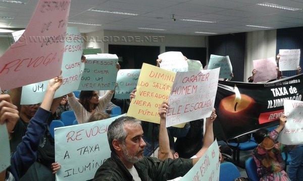 Manifestações tiveram início devido à taxa de iluminação e somam demandas a cada semana durante as sessões da Câmara