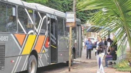 Ônibus da linha suburbana intermunicipal estacionado em ponto