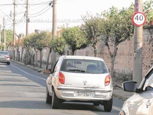 """Veículos trafegam pela Rua 3-B, que recebeu radar """"móvel"""" nessa quarta-feira (2)"""