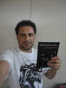 Escritor lança livro sobre música