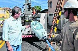 Na foto de arquivo, o prefeito Du Altimari acompanhando a troca de iluminação em bairro de Rio Claro