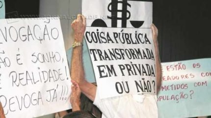 Os manifestantes que integram o movimento Revoga Já compareceram mais uma vez ao terceiro andar do Paço Municipal