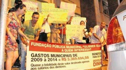 Manifestantes continuaram com os protestos em frente ao Paço Municipal até que todos os vereadores deixassem o recinto