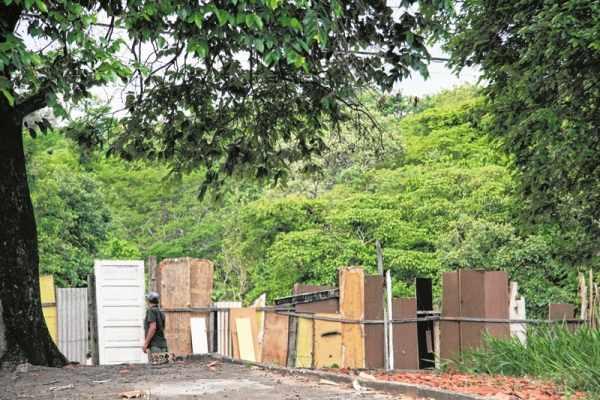 Na foto, morador saindo de uma horta que está sendo mantida em espaço público na região do bairro Jd. Paineiras