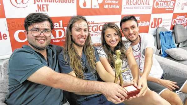 João Paulo Miranda Maria, Léo Bortolin, Marina Palmero Butolo e Rogério Borges seguram o Candango de Melhor Som