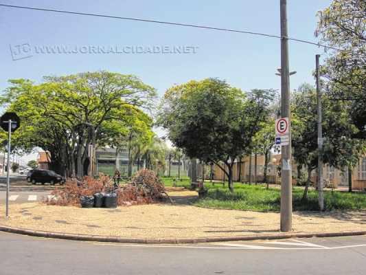 A esquina da praça sofre com grande quantidade de lixo amontoado; prefeitura fala sobre os cuidados