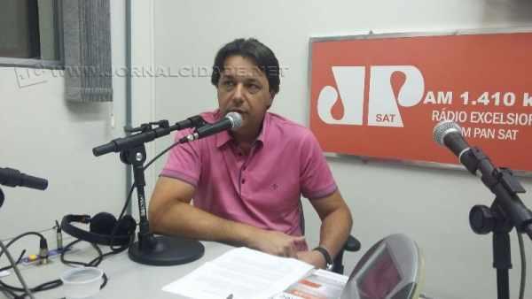 O prefeito Rogério Pascon durante o Jornal da Manhã